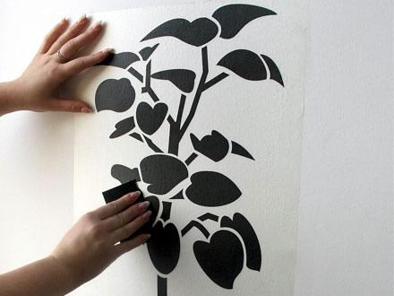 Наклеить виниловую наклейку на стену